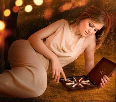 Обертывание шоколадных конфет в золотые фантики